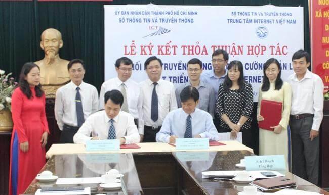 Ông Trần Minh Tân, Giám đốc Trung tâm Internet Việt Nam và Ông Lê Thái Hỷ, Giám đốc Sở Thông tin và Truyền thông TP Hồ Chí Minh ký thỏa thuận hợp tác.