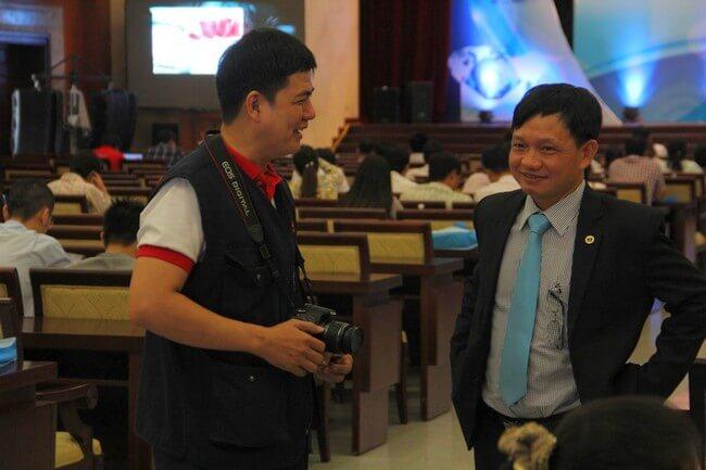 Ông Nguyễn Anh Tuấn (Bên phải) trò chuyện cùng Ông Trần Hoài Nam Trưởng đại diện VP phía nam Tạp chí Anh sáng & Cuộc sống.