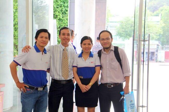 PGĐ ESC Ông Lê Xuân Thông (Ngoài cùng bên trái) và Trưởng phòng CSKH Bà Nguyễn Thị Đức Hạnh cùng chụp hình lưu niệm với khách hàng.