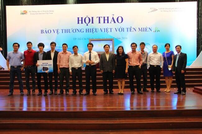 TGĐ.ESC Ông Nguyễn Anh Tuấn (Ngoài cùng bên phải) chụp hình lưu niệm cùng các NĐK khác