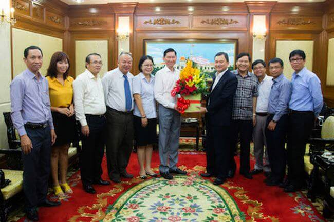 Đại diện HCA và chi hội VNISA phía Nam chụp ảnh lưu niệm cùng Phó Chủ tịch UBND TP.HCM Trần Vĩnh Tuyến (thứ 6, từ trái).