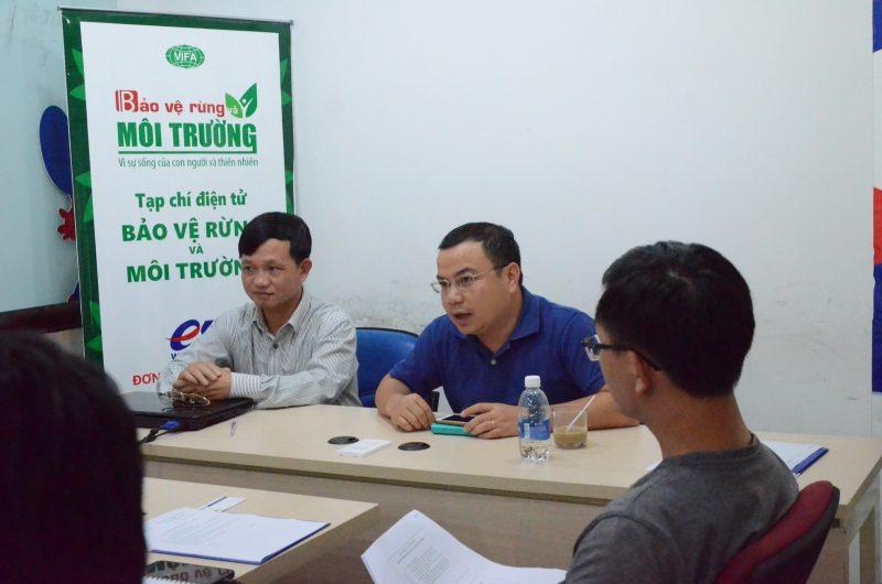 Ông Nguyễn Anh Tuấn (bên trái) đại diện ESC và ông Lê Nam Trung (bên phải) đại diện VNNIC cùng trả lời các câu hỏi, thắc mắc, trao đổi kinh nghiệp với các thành viên tham gia.