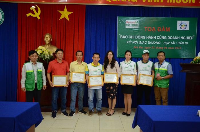 Ông Nguyễn Anh Tuấn, Trưởng VPTT phía Nam và ông Dương Bình Thuận, Trưởng Ban tổ chức Sự kiện trao giấy chứng nhận cho các thành viên.