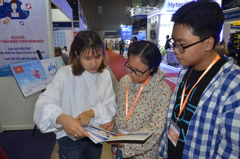 Nhân viên ESC đang tư vấn cho khách hàng tại triển lãm ICTCOMM Vietnam 2019.
